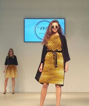Wax-Print Modelle am Catwalk